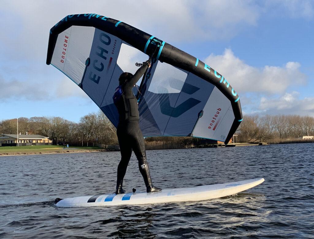 wingfoil-les-oefenen-op-windsurfboard